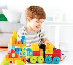 Apilar bloques de construcción representa un desarrollo integral para los niños